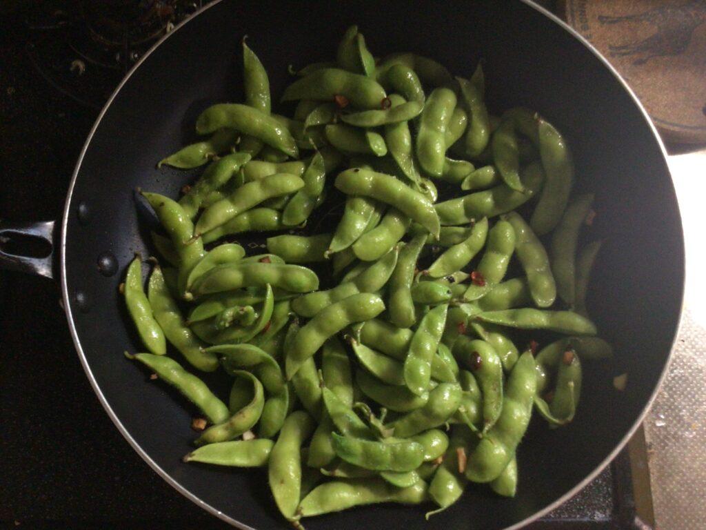 枝豆を炒める