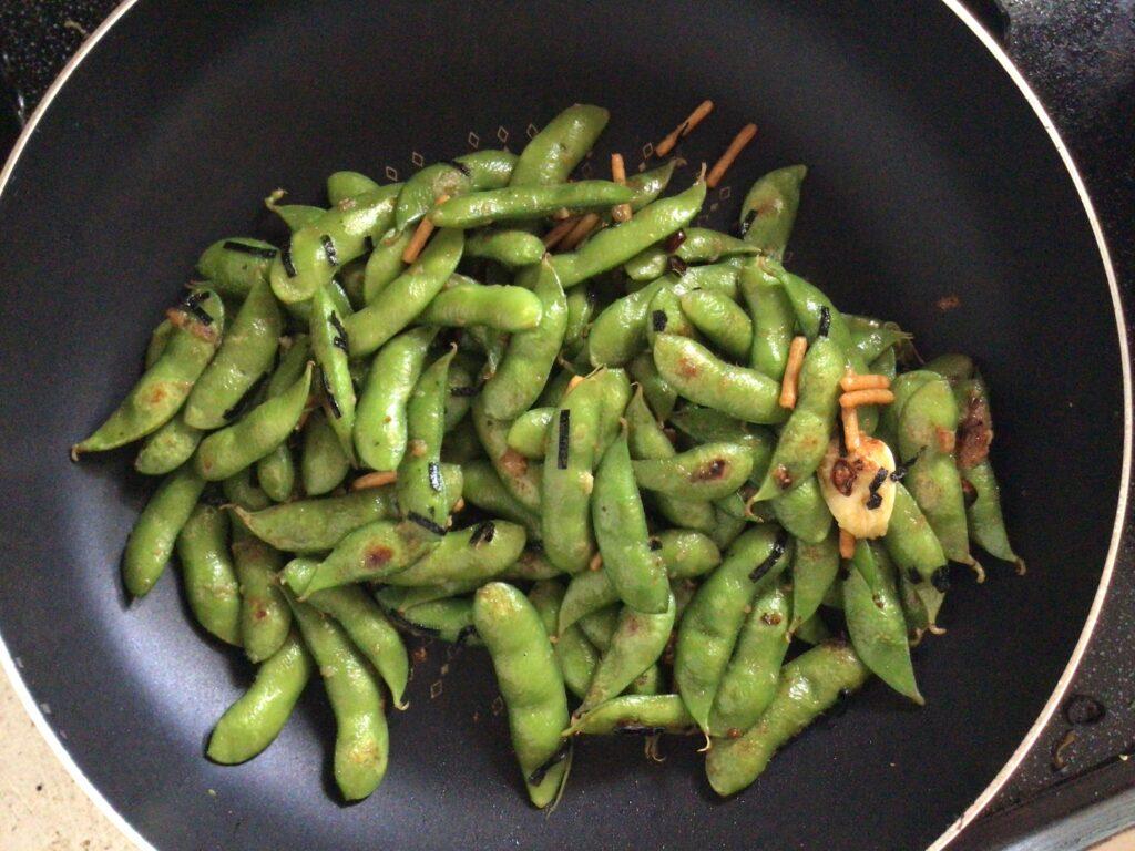 枝豆を炒めている画像