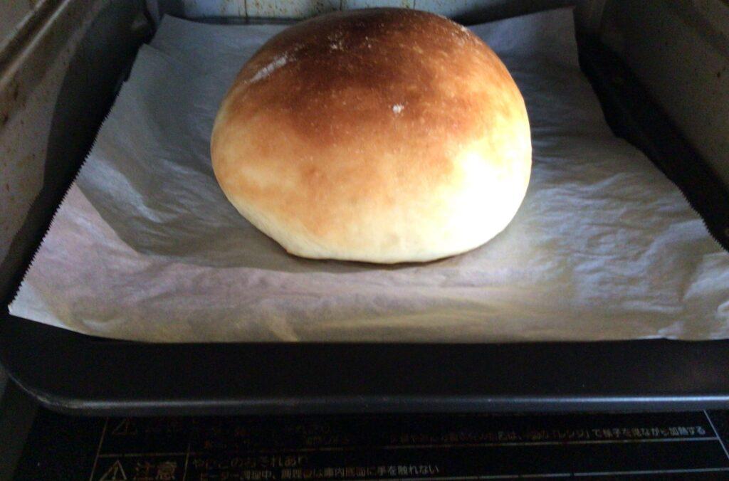 焼き上がりのパンの画像