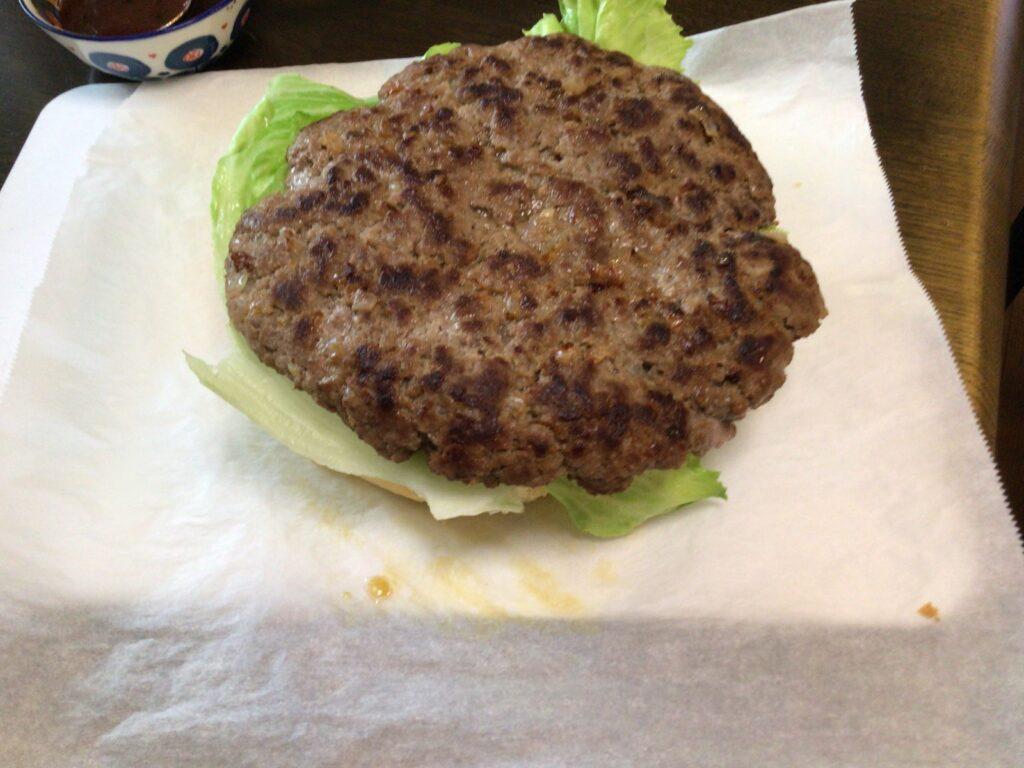 ハンバーガー作り肉を乗せている画像